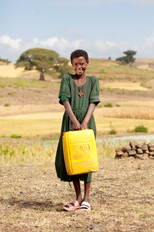 ethopian-women-carrying-water-jugs